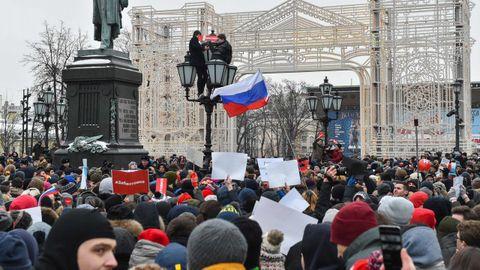 Partidarios de Navalni protestan contra su detención en la plaza Pushkinskaya, en Moscú, en una imagen de archivo