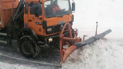 Una máquina quitanieves abre la carretera de acceso al puerto de San Isidro