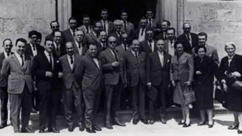 La foto del grupo de la tercera reunión de las sociedades de obstetricia y ginecología del noroeste de España (1963) muestra que la profesión era sobre todo masculina. Olimpia Valencia está a la derecha.