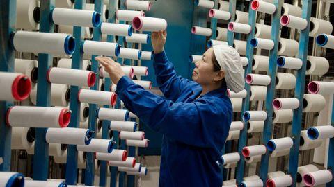 Una trabajadora de una fábrica textil en Haian, en la provincia china de Jiangsu