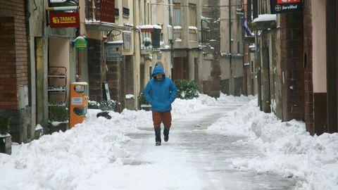 Una persona camina por una calle de Prades (Tarragona)
