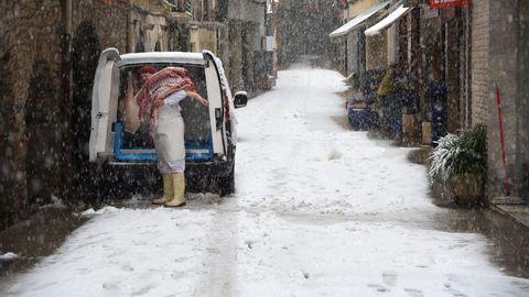 Un carnicero, saca mercancía de la furgoneta en Sort (Lleida)