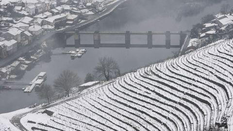 La nieve que deja el temporal cubre los bancales de las viñas de la Ribeira de A Ermida.