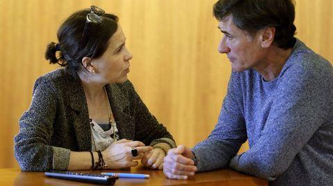 La consejera de Hacienda, Dolores Carcedo (i), y el diputado de Podemos, Enrique López (d), conversan durante el pleno de la Junta General del Principado.