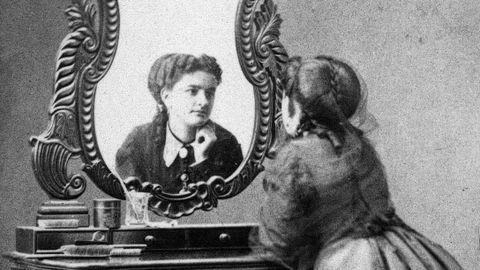 Emilia Pardo Bazán mirándose al espejo