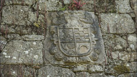 En diversos lugares del pazo de Vilelos se conservan antiguos escudos de armas