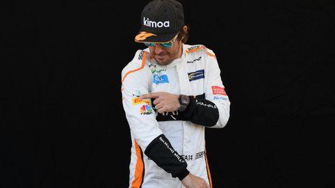 El piloto español Fernando Alonso del equipo McLaren posa antes del Gran Premio de Australia de la Fórmula Uno 2018, en el Albert Park Circuit en Melbourne, (Australia) hoy, jueves 22 de marzo de 2018. El Gran Premio de Australia tendrá lugar el 25 de marzo de 2018.