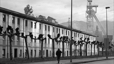 Vista de la barriada minera y del castillete del Pozo Mari?a Luisa. Langreo. Asturias (1992)
