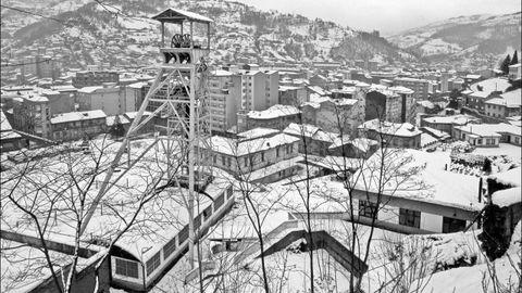 Vista exterior del Pozo Entrego, nevado. San Marti?n del Rey Aurelio. Asturias (1992)