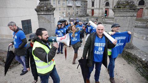 Mientras la huelga continúa, los funcionarios expresaron ayer sus quejar recorriendo la muralla de Lugo