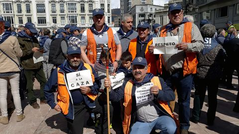 Un grupo de cazadores durante la manifestación a favor de la caza en Oviedo