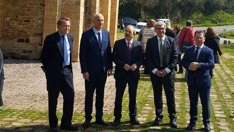 Autoridades en la presentación del proyecto de restauración de las pinturas murales de San Miguel de Lillo
