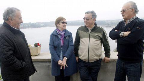 Antonio Diáz-Canel (i) y su hermano Ramón (d), María Josefa Diáz-Canel (2i) y su esposo Ovidio Vila (2d), primos segundos del nuevo presidente de Cuba, Miguel Diaz-Canel, en Castropol