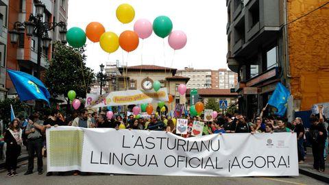 La pancarta que encabeza la Marcha por la Oficialidá de 2018 en Oviedo
