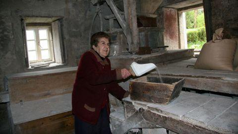 Socorro, con 92 años, en el molino de A Laxe, donde trabajó media vida