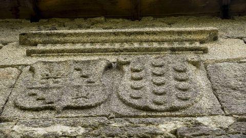 Antiguos escudos de armas en la casa rectoral de Serode
