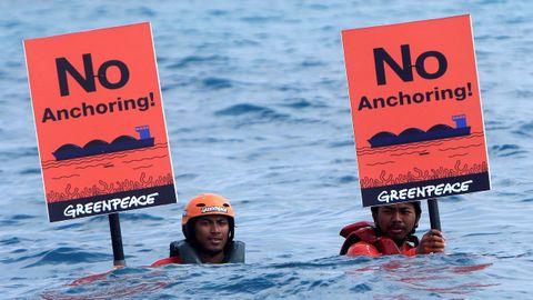 Activistas de Greenpeace durante una protesta para salvar a los arrecifes de coral