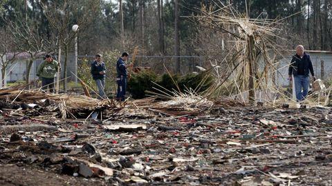 Retirada de escombros tras la explosión de la pirotecnia Calo en 2006