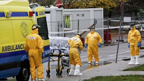 Imagen de archivo de la llegada a un hospital de un posible portador de ébola