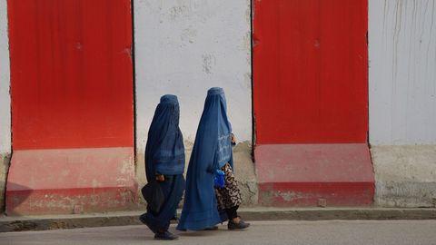 Dos mujeres pasean con sus burkas en Afganistán
