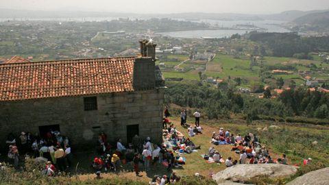 Ermita de Chamorro. El terreno se pone cuesta arriba de camino a la tradicional ermita de Nuestra Señora de Chamorro, muy venerada Ferrol, un lugar que también sirve de excepcional mirador del esplendor de la urbe