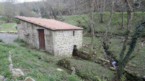 Ruta de los molinos de Esmelle. Algunos reconstruidos gracias a los vecinos, la orilla del río más largo de Ferrol ofrece multitud de construcciones y el resto de un bosque de ribera entre multitud de eucaliptos