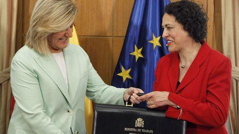 La nueva ministra de Trabajo, Migraciones y Seguridad Social, Magdalena Valerio, recibe la cartera de la que es titular de manos de su antecesora, Fátima Bañez