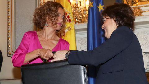 La ministra de Administraciones Territoriales Meritxell Batet, y su antecesora en el cargo la exvicepresidenta del gobierno Soraya Sáenz de Santamaría