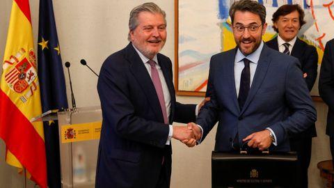 El nuevo ministro de Cultura, Maxim Huerta, recibe su cartera de la mano de Íñigo Mendez de Vigo