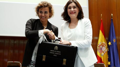 La nueva ministra de Sanidad, Consumo y Bienestar Social, Carmen Montón, recibe la cartera de la que es titular de manos de su antecesora en el cargo, Dolors Montserrat.