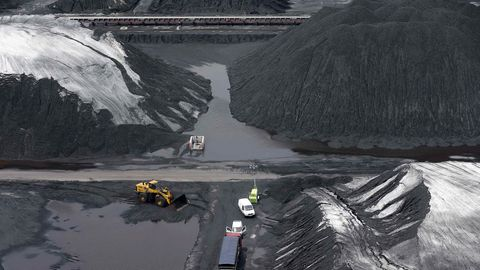 Vista del parque de carbones de Aboño.