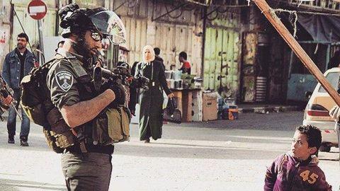 Soldado israelí con niño palestino