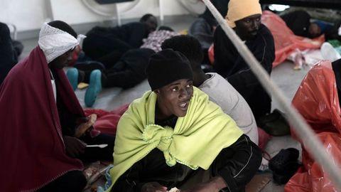 Los inmigrantes soportan las penosas condiciones de la travesía contando las horas que faltan para llegar a España