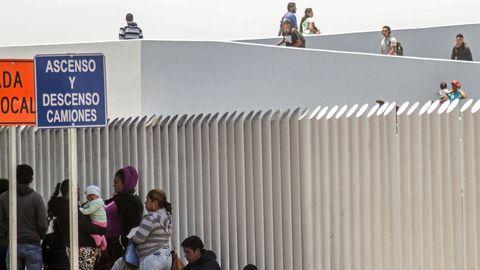 Familias de migrantes continúan en busca de asilo