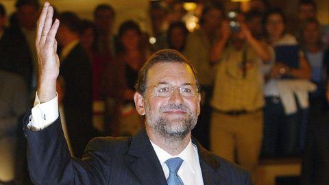 Mariano Rajoy saluda a sus compañeros de partido tras ser nombrado nuevo secretario general del Partido Popular y candidato a la presidencia del Gobierno en el Comité Ejecutivo del PP