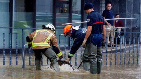 Imagen de archivo de bomberos de Oviedo trabajando para solucionar los problemas derivados de las inundaciones en la ciudad