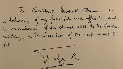 El Rey le ha regalado a Obama un libro sobre el   Guernica  de Pablo Picasso y le escribió una dedicatoria en inglés diciendo:  Para el presidente Obama, como testimonio de mi amistad y afecto y en recuerdo de nuestra visita juntos al 'Guernica', un icono eterno del arte más universal .