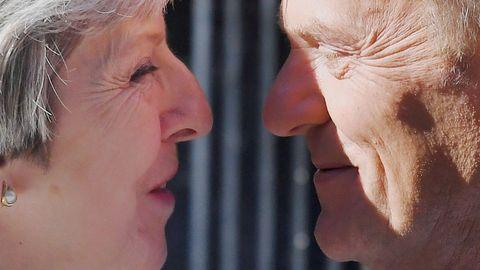 La primera ministra británica, Theresa May, recibe al presidente del Consejo Europeo, Donald Tusk, en el 10 de Downing Street