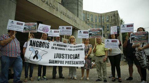 Concentración de la Plataforma de Víctimas del accidente de Angrois frente a los juzgados de Fontiñas