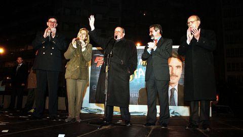 Fernández Albor, primero por la derecha, acompaña a Fraga durante la pegada de carteles del PP en el año 2000