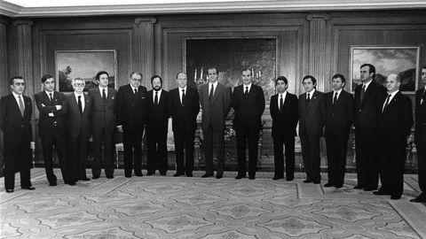 Los miembros de la primera Xunta de Galicia con Gerardo Fernández Albor al frente, son recibidos en la Audiencia por el rey Juan Carlos en el palacio de la Zarzuela.