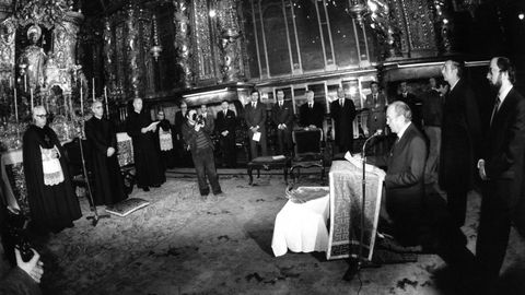 Albor lee un discurso en el 1982 acompañado por José Manuel Romay Beccaría y José Luis Barreiro Rivas durante la peregrinación de la Xunta a la Catedral tras el juramento del cargo