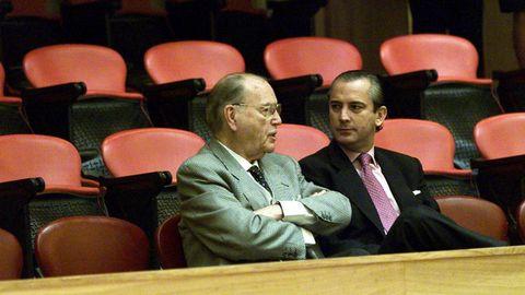 El expresidente de la Xunta Gerardo Fernández Albor y el delegado del Gobierno en Galicia Arsenio Fernández de Mesa en el parlamento gallego durante una sesión de debate sobre el estado de la autonomía