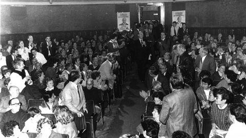 Fernandez Albor entra en un mitin como candidato de Coalición Popular de Galicia a la presidencia de la Xunta en 1985