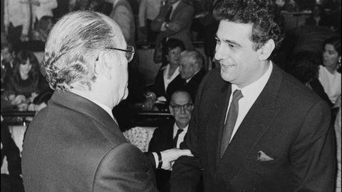 El tenor Placido Domingo es saludado por el entonces presidente de la Xunta, Fernández Albor, en 1984