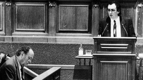 Fernando González Laxe dirigiendose desde el estrado en su intervención en el Parlamento de Galicia a Gerardo Fernández Albor como presidente de la Xunta