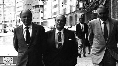Manuel Fraga, como presidente de la Xunta de Galicia, acompañado de Gerardo Fernández Albor y Romay Beccaria delante del Hotel Riazor en A Coruña