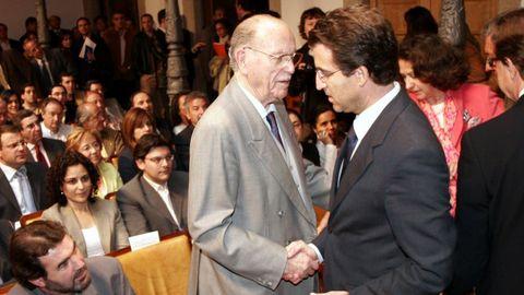 Alberto Núñez Feijoo saluda a Fernández Albor en una imagen del 2006