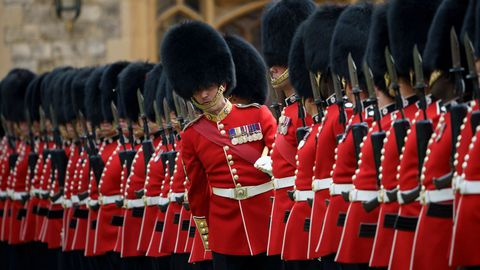 Un soldado de la Guardia de Honor se sale de la fila antes del paseo de la reina Isabel II y Donald Trump
