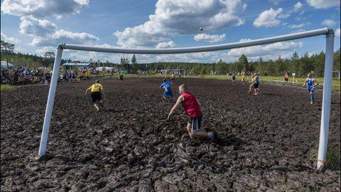 Jugadores de los equipos Zero Erectus y Korpiklaani juegan un partido de fútbol sobre el barro en Finlandia